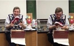 Thầy giáo hạnh phúc nhất Giáng sinh: Được cả lớp bí mật góp tiền tặng đôi giày mình mong ước!