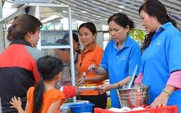 Cán bộ phường phục vụ bữa trưa cho người nghèo