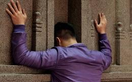 Úp mặt trò chuyện với tường đá trong ngôi đền Ấn giáo trăm năm tuổi ở Sài Gòn