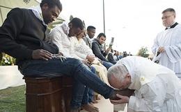 Clip ghi lại hình ảnh giáo hoàng Francis quỳ xuống hôn chân người di cư