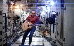 [Video] Phi hành gia giải thích lý do khiến chơi guitar trên vũ trụ là việc vô cùng khó khăn