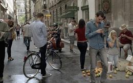 """Hàn Quốc gắn biển cảnh báo tai nạn khi đi bộ cho """"con nghiện"""" smartphone"""