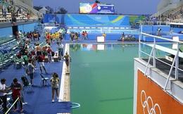 Hồ bơi Olympic vẫn xanh rì như thế, và giờ bắt đầu bốc mùi thối