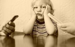 Khoảng cách xa nhất trên thế giới này là con ngồi cạnh cha mẹ, mà cha mẹ lại chỉ chú ý đến cái điện thoại