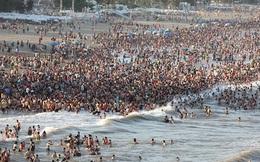 Biển Sầm Sơn chật cứng người ngay ngày giữa tuần