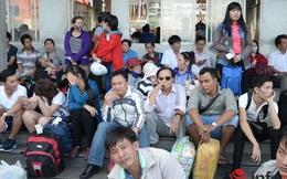 """Người dân """"mướt mồ hôi"""" rời Sài Gòn về quê nghỉ lễ 30/4"""