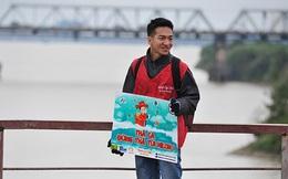 """100 bạn trẻ """"cứu cá chép"""" trên cầu Long Biên"""