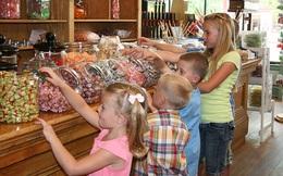 Trẻ đòi ăn bim bim, ô mai... thay vì cấm cản cha mẹ Mỹ lại cho tiền để con hiểu giá trị đồng tiền là như thế nào