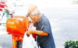 Trên phố Sài Gòn, lặng người nhìn ông cụ uống ly cà phê thừa lấy ra từ thùng rác...