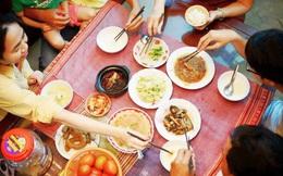 Bạn có thể bị ung thư dạ dày nếu có thói quen gắp thức ăn cho nhau