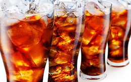 Vật lạ xuất hiện trong chai nước ngọt, xử lý sao?