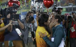 Nữ vận động viên được cầu hôn ngay trên sân vận động Olympic