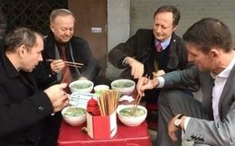 Thú vị hình ảnh 4 đại sứ EU, Pháp, Anh, Romania ăn phở vỉa hè Việt Nam