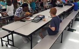 Câu chuyện tuyệt vời phía sau bức ảnh cậu bé tự kỷ ngồi ăn với cầu thủ bóng đá