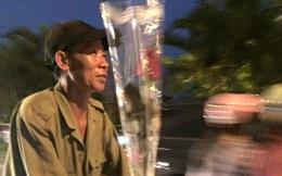 Khoảnh khắc đẹp trước ngày 20/10: Người đàn ông nghèo đạp chiếc xe cà tàng mua hoa hồng tặng vợ