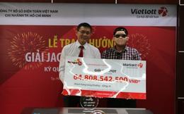 Người trúng giải 64,8 tỷ đồng đã lĩnh tiền, cũng đeo mặt nạ khi nhận thưởng