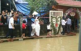 Chùm ảnh: Thích thú với những đám cưới rộn ràng bất chấp mưa lũ ở miền Trung