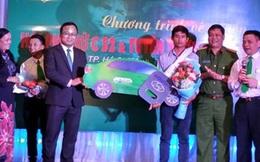 Tài xế Phan Văn Bắc chia tiền thưởng cho tài xế xe khách