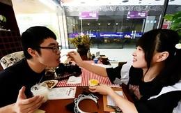 Nhà hàng thuê nữ sinh viên... đút thức ăn cho khách