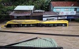 Lũ ngập xe khách ở Phú Yên
