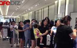 Dân công sở xếp hàng dài chờ thử đồ, thanh toán tại cửa hàng Zara mới khai trương ở Sài Gòn