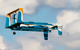 Amazon lần đầu viên vận chuyển sản phẩm bằng drone đến tận cửa nhà khách hàng
