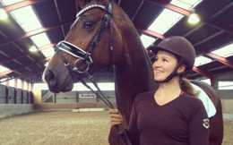 Nữ tỷ phú trẻ nhất thế giới mê cưỡi ngựa