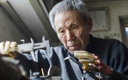 Tai nạn mất cả 2 tay, phải dùng tay sắt nhưng người đàn ông 63 tuổi này vẫn làm tất cả phải nể phục