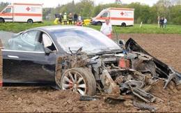 """Nhìn chiếc Model S """"nát bét"""" này, các hãng xe sang sẽ còn lo sợ hơn nữa trước """"cuộc xâm lăng"""" của Tesla"""