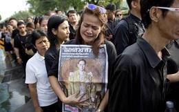 Người Thái Lan trên toàn thế giới đều mặc đồ đen sau tang lễ nhà vua