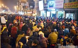 Hàng nghìn người ngồi dưới đường dâng sao giải hạn