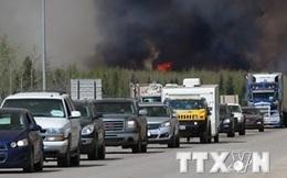 Lửa cao 60m chặn đoàn xe đưa dân tránh cháy rừng ở Canada