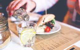 Uống nước trong khi ăn, nên hay không nên?
