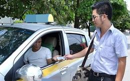 """Khách hàng, tài xế nói gì về chuyện """"bỏ quên"""" những đồng bạc lẻ khi trả cuớc taxi?"""