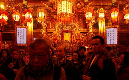 Người dân châu Á đi chùa ngày đầu năm mới