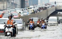 Đường phố Bangkok hóa sông do mưa lớn nhất trong 25 năm