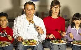 Nếu bạn muốn giảm cân, việc đầu tiên cần làm không phải là nhịn ăn hay tập thể dục mà là ngừng ngay xem TV trong lúc ăn