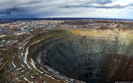 Khám phá mỏ kim cương khổng lồ nhất thế giới ở Siberia, bạn không thể dùng trực thăng bay qua miệng hố