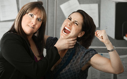 Biết đồng nghiệp cùng cấp nhận lương cao hơn mình, thay vì bực tức hay chán nản, hãy bình tĩnh làm những việc sau