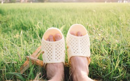 Sự tích những đôi dép đình đám nhưng không thương hiệu: Dép tổ ong, tông Lào, dép cao su