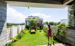 Ngôi nhà Việt khiến mọi người ngỡ ngàng vì có cả một công viên trên sân thượng và ở giữa nhà!