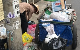 Người bà nghèo nhặt ve chai sắm Tết cho cháu mồ côi