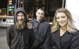 Giúp đỡ cô gái với 20 USD cuối cùng trong túi, người đàn ông vô gia cư được trả ơn với số tiền lên tới 375.000 USD