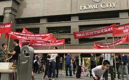 """Cư dân Home City mang băng rôn """"treo đầu dê, bán thịt chó"""" phản đối chủ đầu tư"""