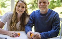 Bố tặng con gái 2 quả cam chưa bóc vỏ, lý do đằng sau khiến ai cũng xúc động