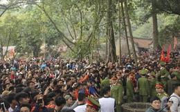 Hà Nội: Dòng người như nêm bay qua rào cướp lộc ở đền Gióng
