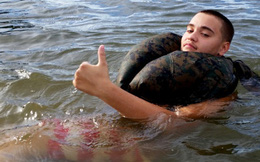 Chống đuối nước chỉ với một chiếc quần dài, bạn cần học ngay hôm nay