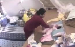 Mở camera theo dõi ra xem, người mẹ bàng hoàng phát hiện con hơn 1 tháng tuổi bị giúp việc tung hứng dã man