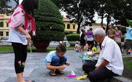 """""""Ông Chuột"""" ở Nhà thờ Đức Bà: Người dành cả phần đời còn lại để lưu giữ """"tuổi thơ"""" cho tụi con nít"""