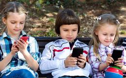 Chuyên gia tâm lý chia sẻ cách giúp những đứa trẻ ngừng chúi mũi vào điện thoại